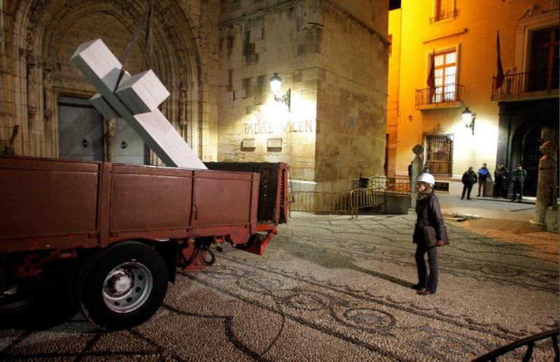 Supporters of Franco arrested as commemorative cross is removed in Callosa de Segura