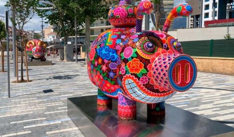 """<span style='color:#780948'>ARCHIVED</span> - Vibrant """"Galaxia Hung"""" sculptures in Benidorm plazas until July 12"""