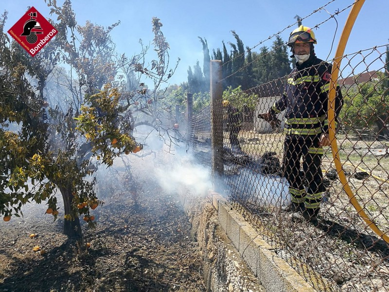 <span style='color:#780948'>ARCHIVED</span> - Two injured and 10 evacuated as fire destroys shrubland in Villajoyosa