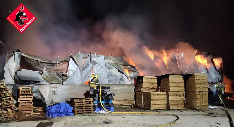 <span style='color:#780948'>ARCHIVED</span> - Firefighters tackle huge industrial blaze at factory in Elche