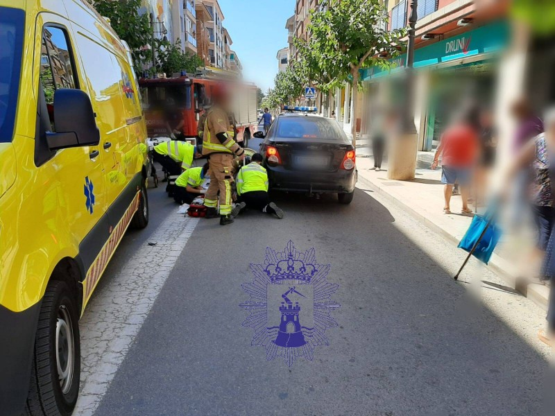 <span style='color:#780948'>ARCHIVED</span> -  Firemen extract woman trapped under car wheel after accident in Mazarron