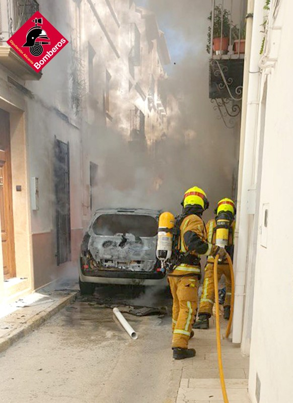 <span style='color:#780948'>ARCHIVED</span> - Residents in Alicante town ordered to stay indoors after car bursts into flames
