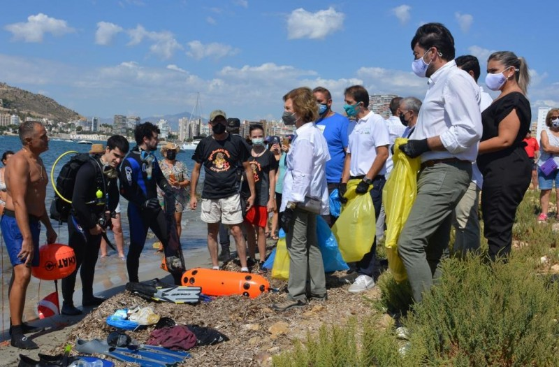 <span style='color:#780948'>ARCHIVED</span> - Queen Sofia of Spain helps out at Alicante beach clean-up