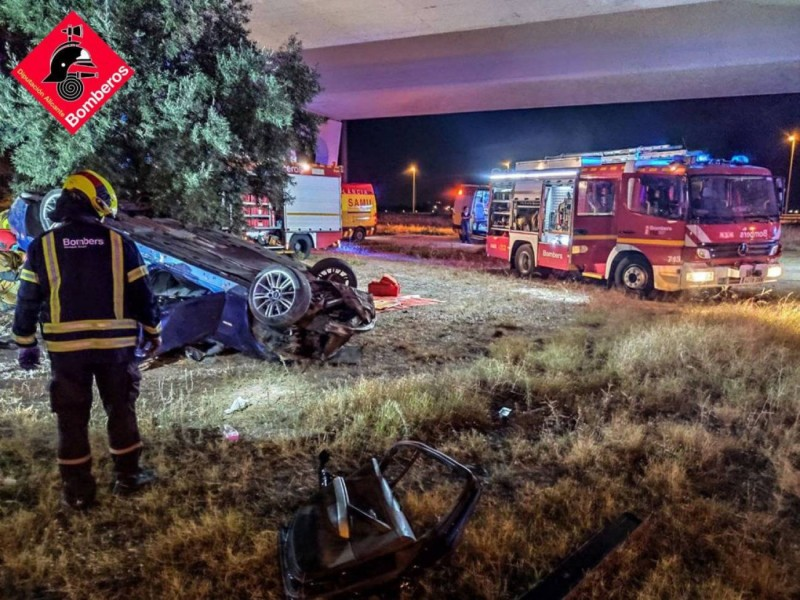 Four injured after car overturns in San Vicente del Raspeig